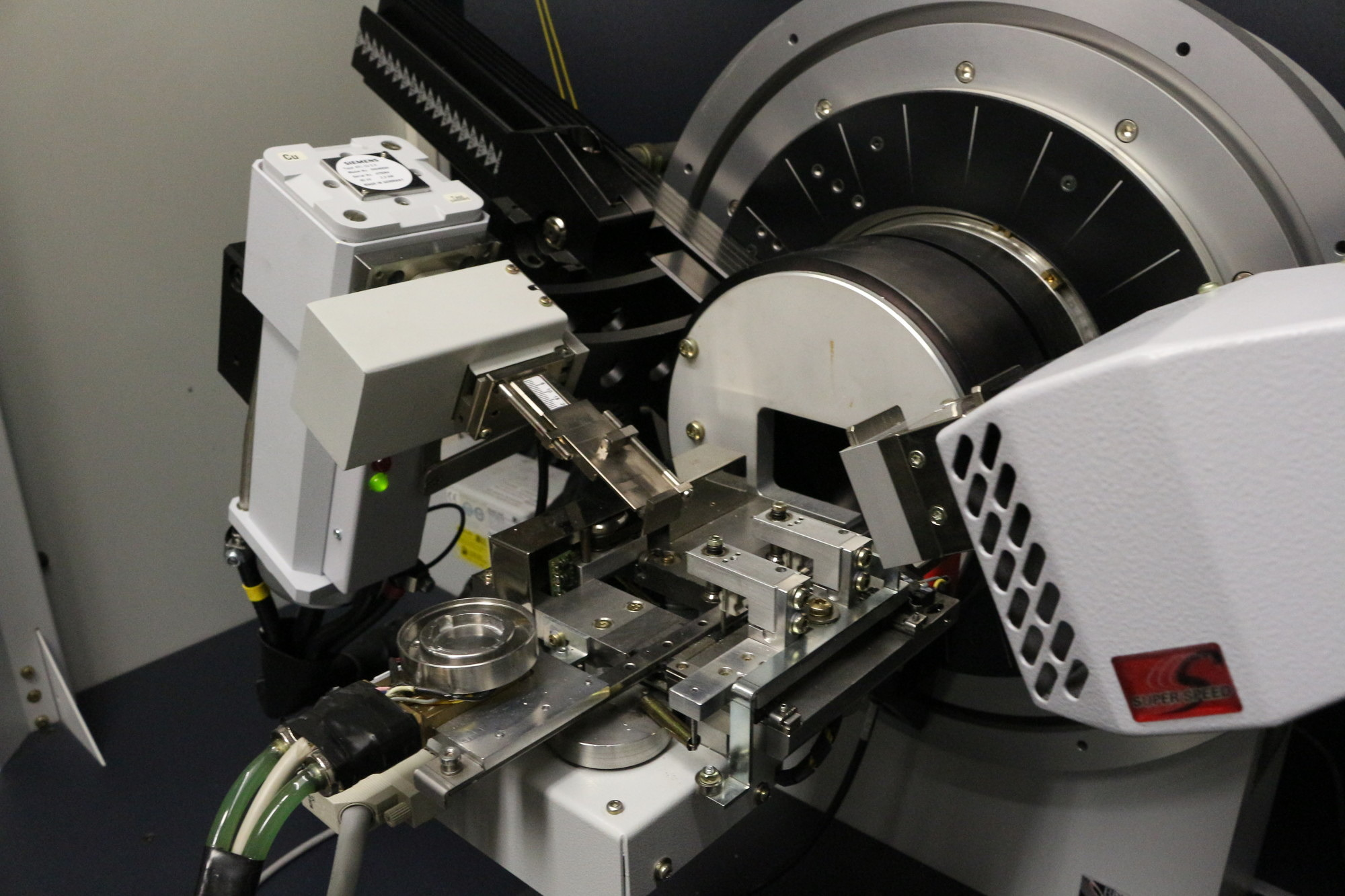 Bruker D8 with temperature-controlled reaction chamber equipped with LYNXEYE detector
