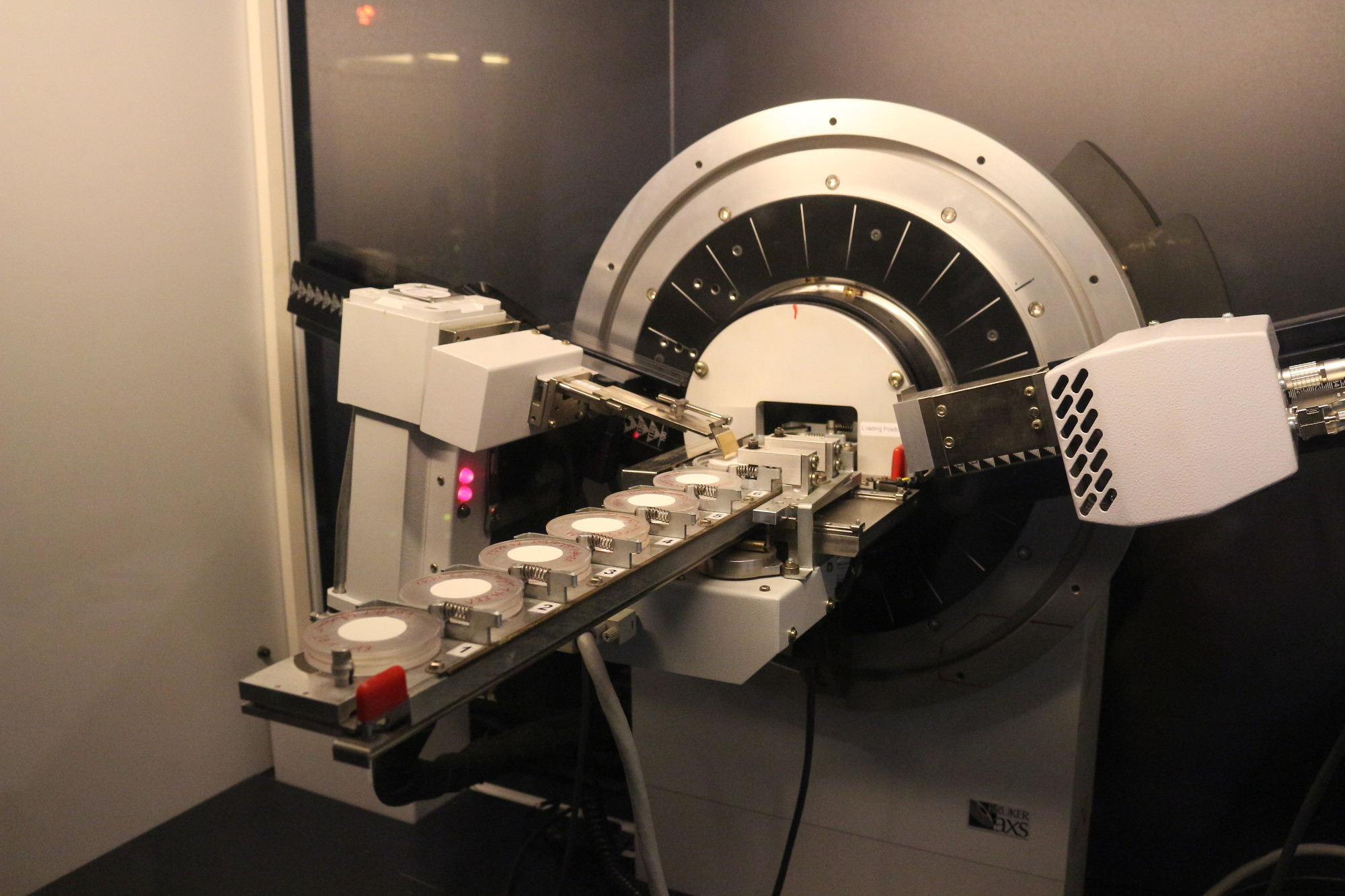 Bruker D8 with 9-fold sample changer equipped with LYNXEYE detector